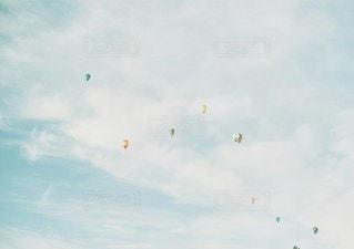 空に凧の飛行の人々 のグループの写真・画像素材[1297]