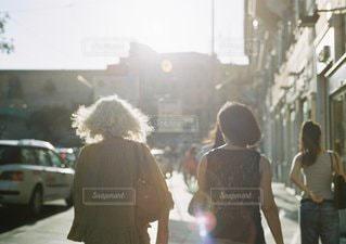 通りを歩く人々 のグループ - No.1298