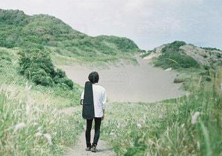 丘の上を歩く男の写真・画像素材[1299]