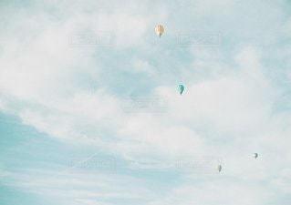 空に凧の飛行の人々 のグループの写真・画像素材[1301]