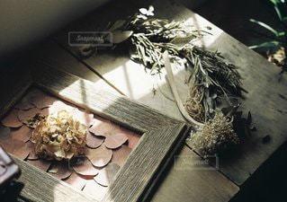 テーブルの上の花の花瓶の写真・画像素材[1318]