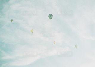 空に凧の飛行の人々 のグループの写真・画像素材[1326]