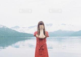水の体の前で立っている女性の写真・画像素材[1332]