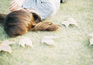草の上に横になっている女性対象フィールド - No.1389