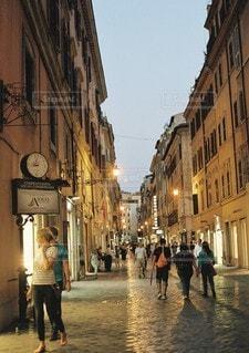 街の通りを歩いている人のグループの写真・画像素材[1386]