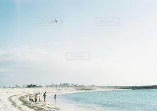 水の体の上に飛んでいる飛行機 - No.1384