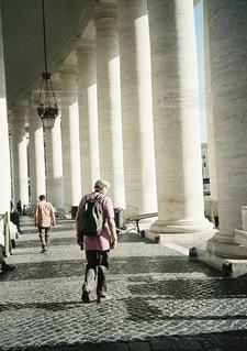 建物の前に歩く人々 のグループの写真・画像素材[1383]