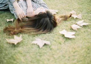 草の上に横たわる女の写真・画像素材[1382]