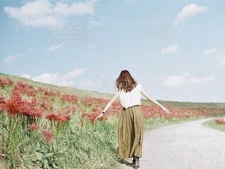 フィールドに立っている女の子の写真・画像素材[100]