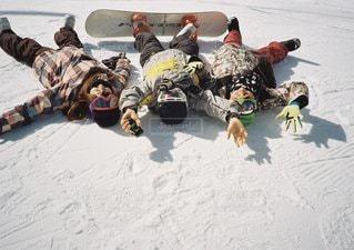 雪の中で座っている人々 のグループの写真・画像素材[1120]