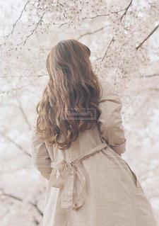 雪の中で立っている女性の写真・画像素材[1125]