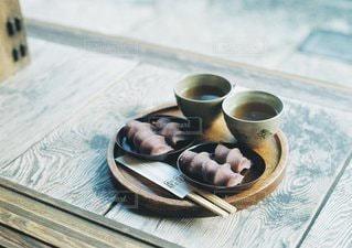 テーブルの上のコーヒー カップの写真・画像素材[1355]