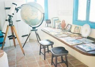 窓の前に座っている椅子の写真・画像素材[132]
