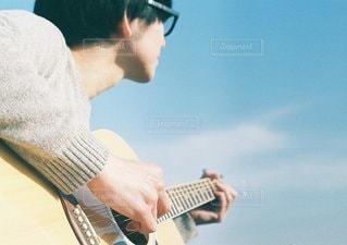 ギターを抱えて男の写真・画像素材[1072]