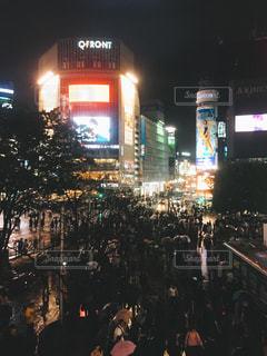 夜の街を歩いている人のグループの写真・画像素材[817672]