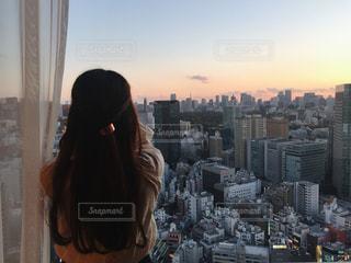 都市に、selfie を取る女性の写真・画像素材[876300]