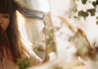 鏡を見る女性の写真・画像素材[915317]