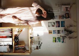 朝部屋で目をこする女性の写真・画像素材[915318]