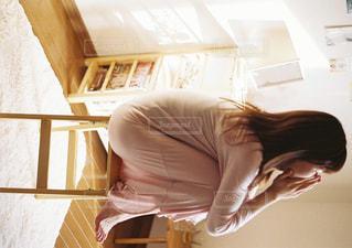 部屋で座っている女性の写真・画像素材[915319]