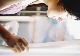 窓辺の女性の写真・画像素材[915321]