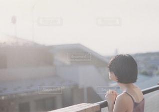 建物の前に立っている人の写真・画像素材[915322]