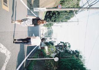 建物の前に立っている人の写真・画像素材[915329]