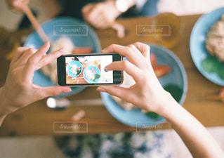 テーブルに座っている人の写真・画像素材[915341]