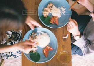 食品のプレートを保持している女性の写真・画像素材[915342]