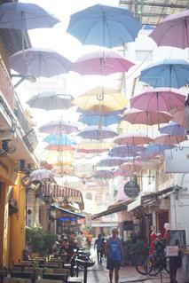 傘と雨の中歩く人々 のグループの写真・画像素材[1069704]