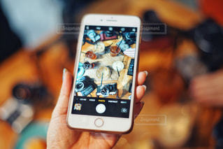 携帯電話を持つ手の写真・画像素材[1176062]