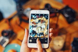 携帯電話を持つ手の写真・画像素材[1176063]