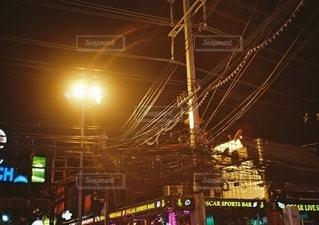 タイのプーケットの夜の電線の写真・画像素材[2686236]