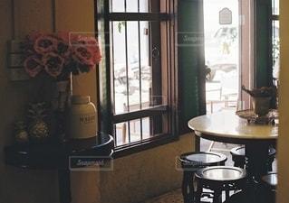 テーブルの上に家具と花瓶でいっぱいの部屋の写真・画像素材[2686237]