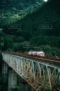 川に架かる橋を渡る列車の写真・画像素材[3879605]
