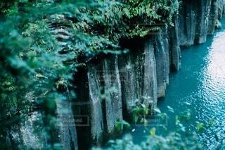 水の体の上に大きな滝の写真・画像素材[3879610]