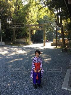 歩道の上に立っている人の写真・画像素材[844292]