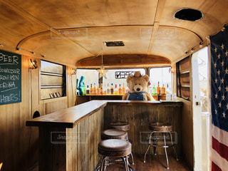 木製キャビネット、ダイニング テーブル付きのキッチンの写真・画像素材[1037887]