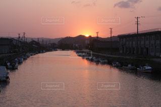 水の体の上を橋を渡る列車の写真・画像素材[1162761]