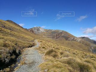 近い背景の山と丘の中腹のアップ - No.759716