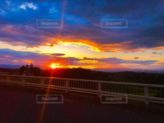 車から見た夕日の写真・画像素材[761397]