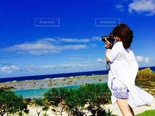女性,1人,20代,ファッション,自然,風景,アウトドア,海,空,夏,カメラ,カメラ女子,撮影,風