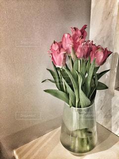 テーブルの上に座っての花で一杯の花瓶 - No.1014617
