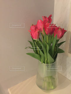 テーブルの上に花瓶の花の花束の写真・画像素材[1014618]