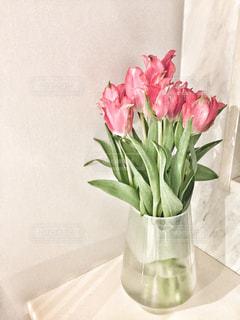 テーブルの上に座っての花で一杯の花瓶の写真・画像素材[1014621]