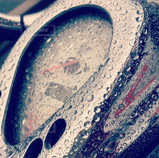雨に濡れたバイクのスピードメーターの写真・画像素材[3643530]