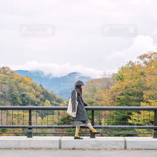 橋を渡って歩く男の写真・画像素材[1612015]