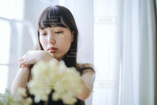 いくつかの料理を食べている女の子の写真・画像素材[1750256]