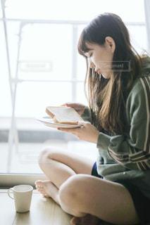 テーブルに座っている女性の写真・画像素材[1750263]