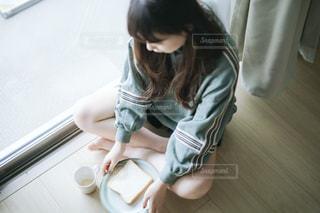 床に座っている少女の写真・画像素材[1750264]
