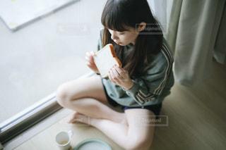 床に座っている少女の写真・画像素材[1750265]